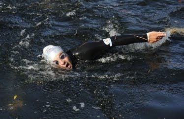 Walliams swimming in Thames by sportrelief.com